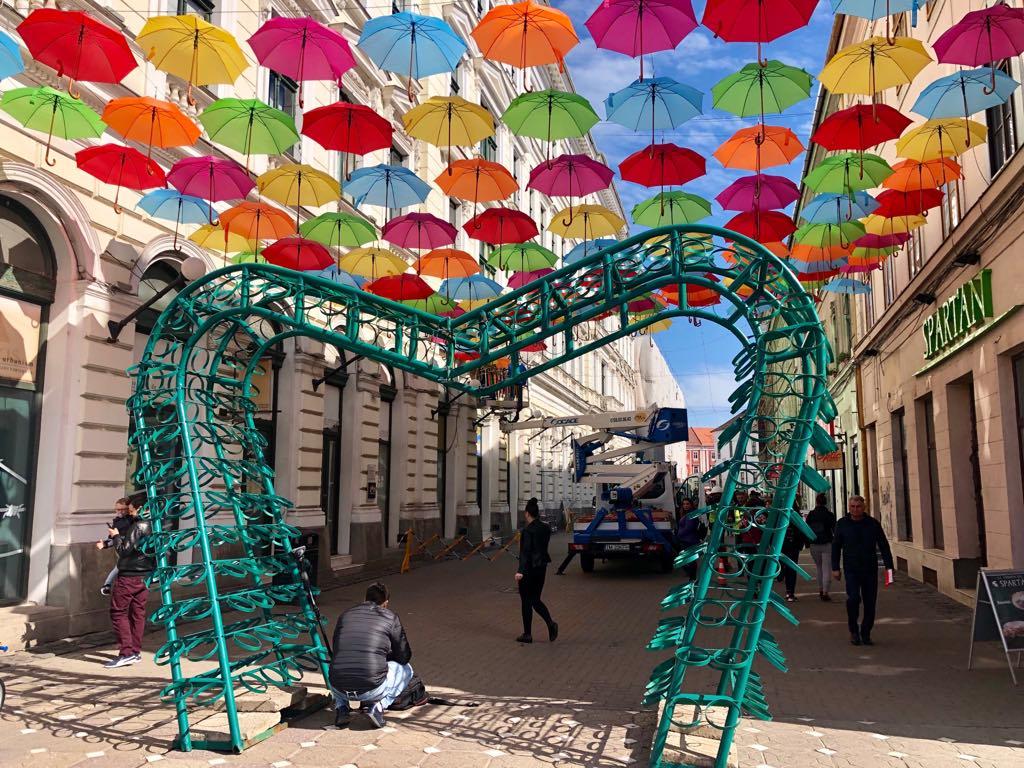 Umbrelele multicolore se întorc pe strada Alba Iulia