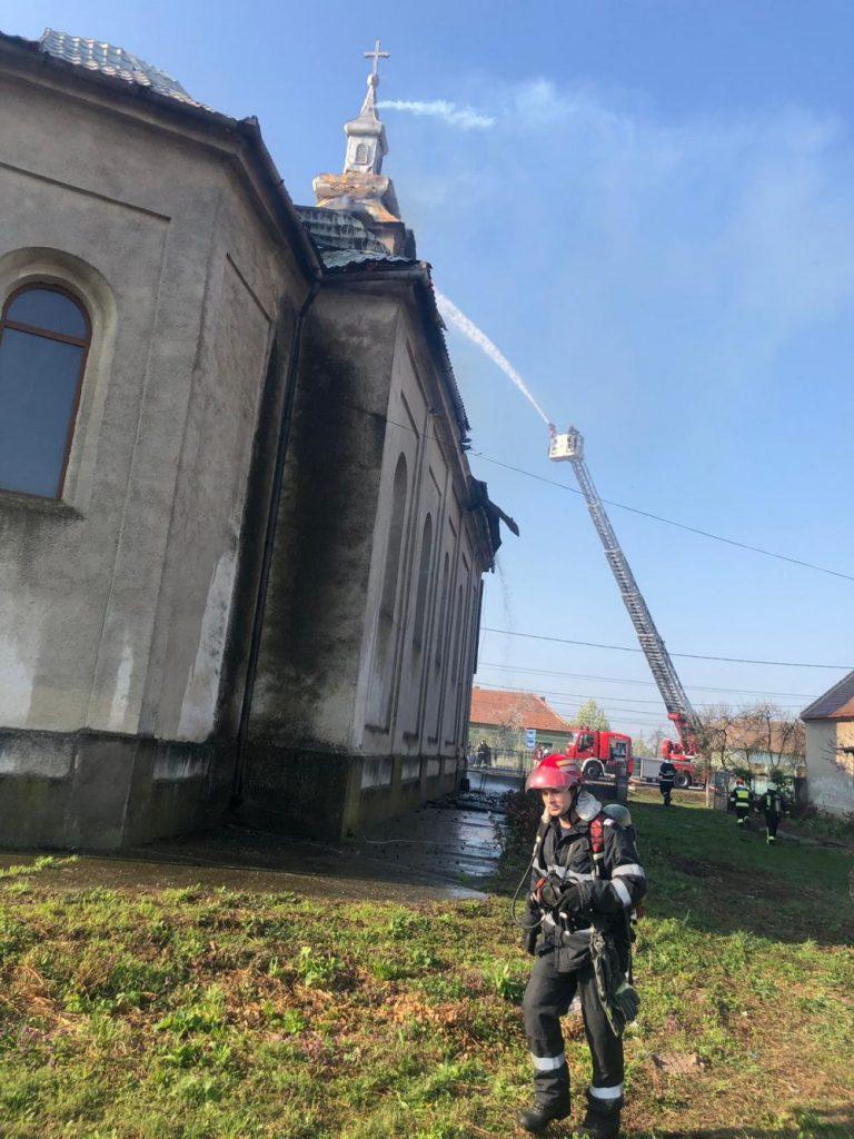 Biserica din Şuştra a ars ca o torţă