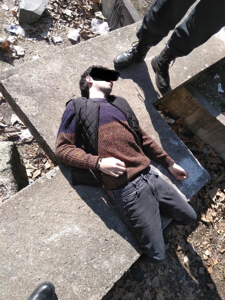 Poliţiştii locali au chemat salvarea pentru un tânăr drogat, găsit inconştient în Parcul Botanic. Abia ieşise din spital