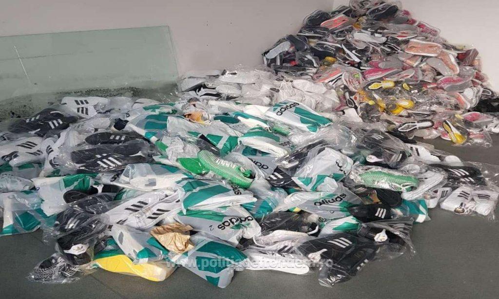 Zeci de mii de articole de îmbrăcăminte contrafăcute, confiscate de inspectorii vamali