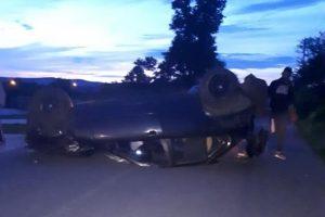 Doi tineri din Lipova s-au rostogolit cu mașina, care a rămas cu roțile în sus