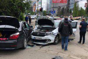 O maşină de Poliţie şi un BMW condus de un poliţist aflat în timpul liber s-au ciocnit