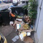Foto. Ce dezastru au lăsat în urmă de vânzătorii ambulanți și firmele care funcționează pe str. Gh. Lazăr