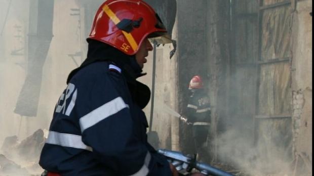 Incendiu puternic în Reşiţa: un bărbat a decedat, trei oameni au ajuns la spital şi 24 de persoane au fost evacuate