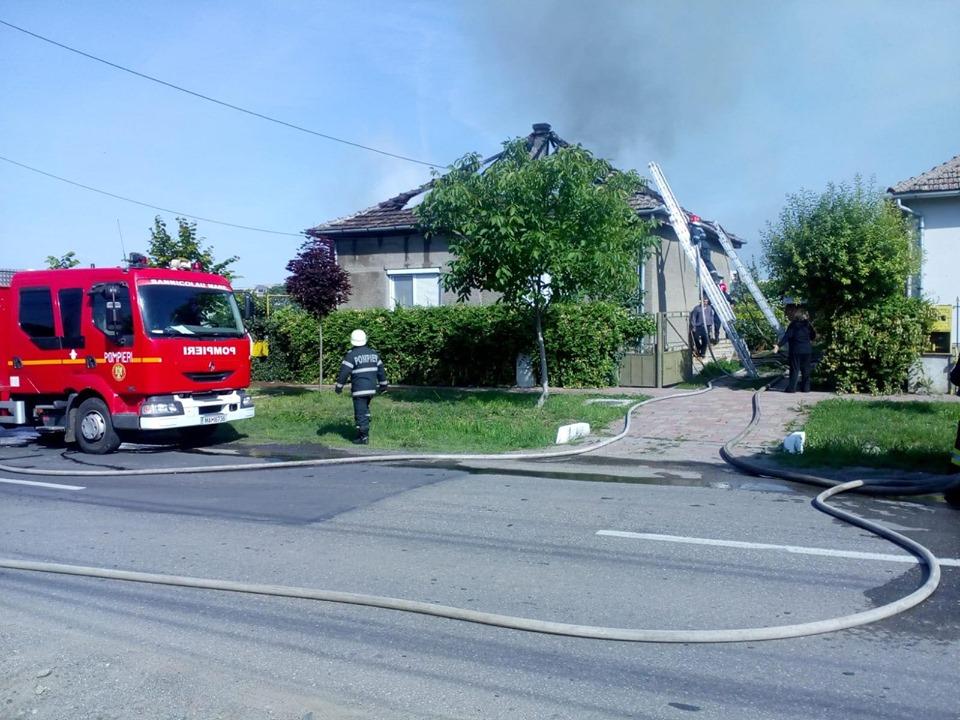 Ghinion mare pentru o familie din Timiş. I-a luat foc casa!