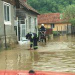 Cod Roşu de inundaţii. Pompierii din Timiş, ajutaţi de cei din Arad în lupta cu apele revărsate