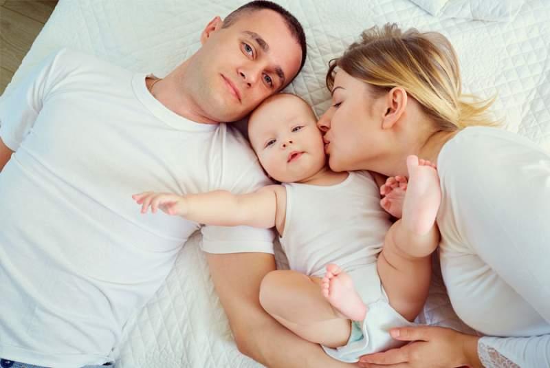 Concediile și indemnizațiile la care au dreptul părinții în 2020