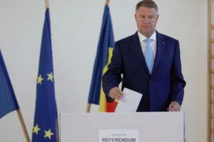 """Klaus Iohannis a votat: Astăzi este ziua campionilor cu ștampila """"votat"""" în mână"""