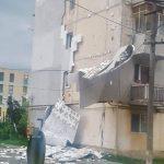 Vântul puternic a smuls izolația unui bloc