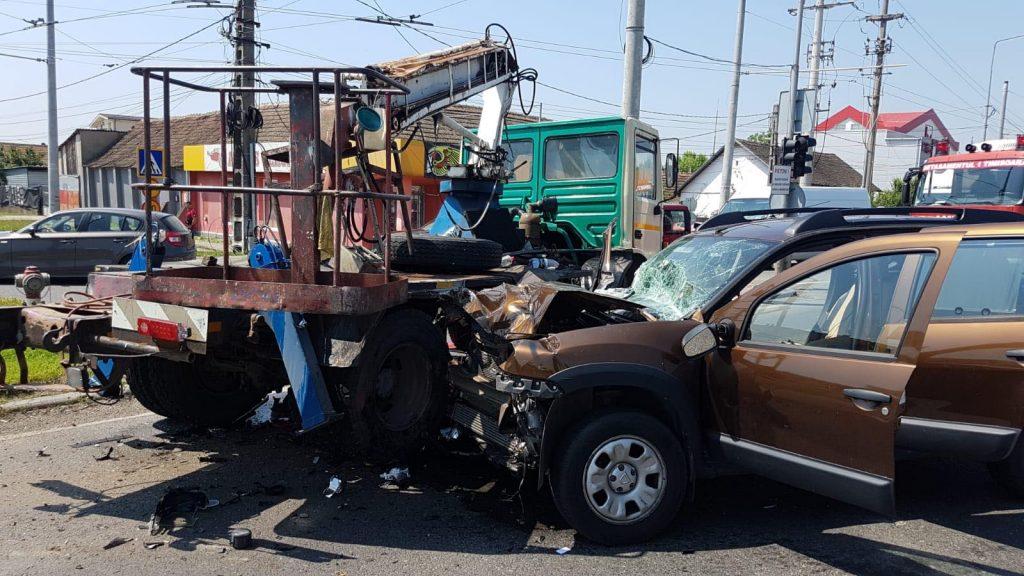Accident în Ghiroda cu o maşină şi o macara auto