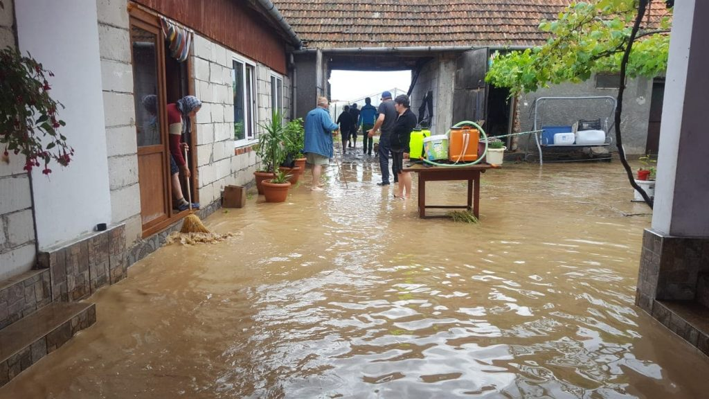 Mai multe gospodării din Timiș au fost inundate