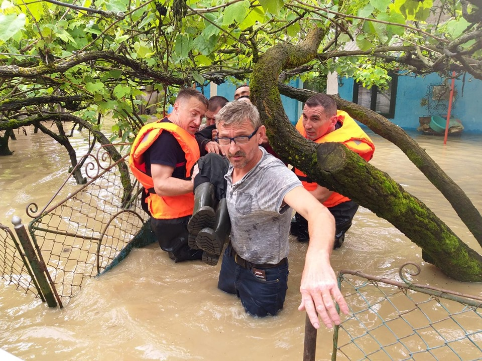 Foto. Zeci de gospodării inundate în Timiş, 11 persoane evacuate