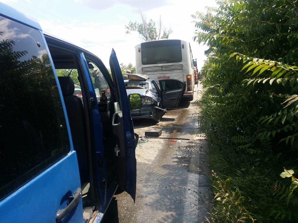 """Maşină făcută """"sandwich"""" între un autocar şi un microbuz la Comloşu Mic"""