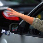 Şofer cu Audi, amendat cu 1.000 de lei pentru că a aruncat ambalaje pe geamul maşinii