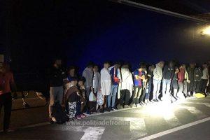 25 de migranţi, descoperiți ascunşi într-un automarfar la Nădlac