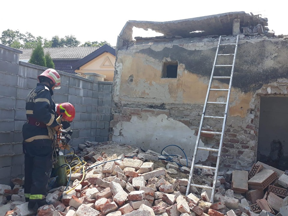 Muncitor prins sub dărâmături, după prăbuşirea unui perete
