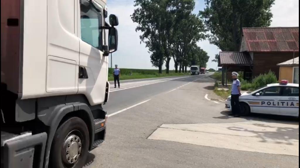 Poliţiştii de la Rutieră au dat aproape 350 de amenzi în weekend