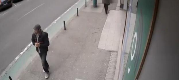 Poliția ne solicită sprijinul pentru a prinde un bărbat care a tâlhărit o casă de schimb valutar
