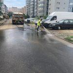 Din cauza prafului, firma de salubritate spală intens străzile