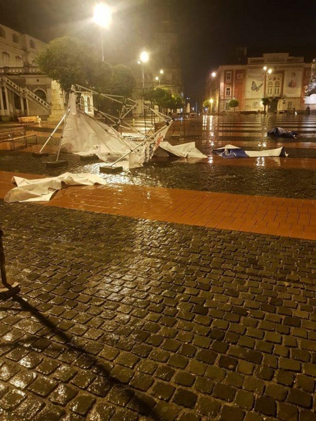 Un bărbat din Turnu Severin a distrus corturile electorale ale partidelor din Piața Libertății