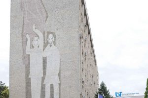 """Gest oribil. Lucrarea """"Bălcescu şi Eminescu"""" de pe fațada UVT, vandalizată"""