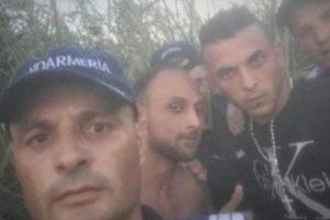 Jandarmi din Caracal, anchetați după un selfie cu infractorii evadaţi la Buziaş