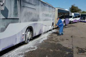 Foto. Mijloacele de transport ale STPT sunt spălate zilnic înainte de a ieşi pe traseu