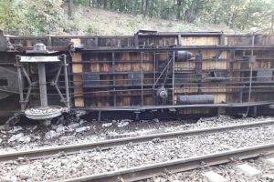 Tren deraiat în Mehedinţi, unul dintre vagoane s-a răsturnat