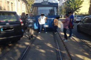 Un neamţ care a blocat circulaţia tramvaielor, amendat şi lăsat fără maşină