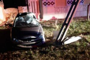 Doi răniți după ce o mașină s-a izbit violent de un stâlp în Timiș. Şoferul era băut şi nu avea permis