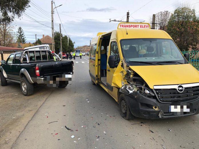 Microbuz școlar cu 16 copii, implicat într-un accident