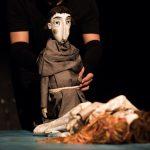 """Dragostea pură într-o lume divizată: """"Romeo și Julieta"""" cu marionete la Teatrul Maghiar"""