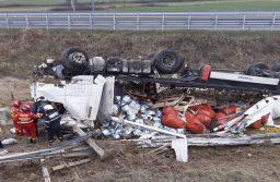 Un TIR cu măsline s-a răsturnat pe autostradă