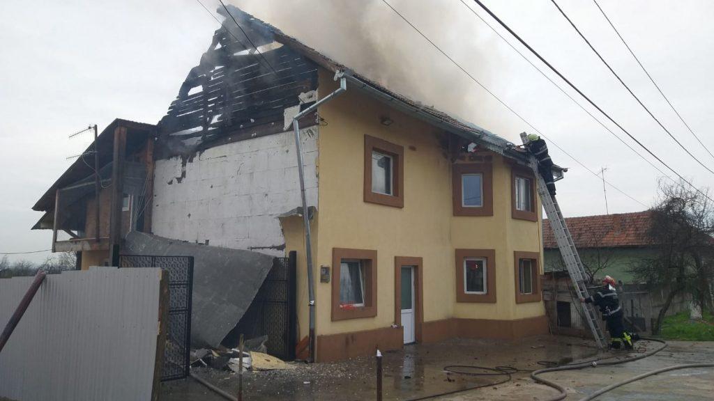 Acoperișul unei case cuprins de flăcări