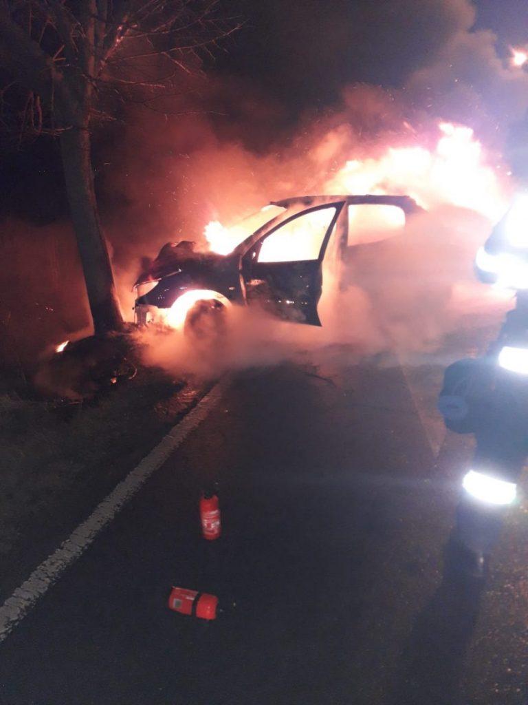 Un autoturism a luat foc în mers pe drumul care duce la aeroport