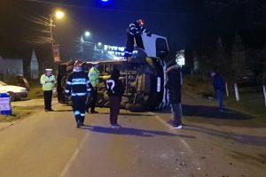 O maşină a lovit un microbuz la Dudeştii Noi