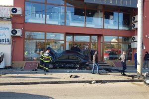 Un arădean a lovit o maşină parcată apoi a ajuns pe scările unui magazin de pe bd. Iuliu Maniu