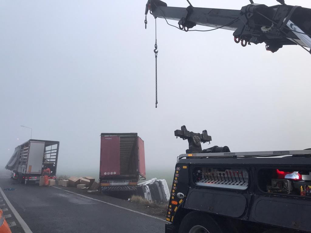 Camion răsturnat în afara șoselei pe autostradă