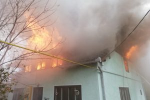 Acoperișul unei case s-a făcut scrum