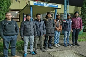 O călăuză sârbă şi şapte migranţi din India, Turcia şi Afganistan, opriţi la frontiera cu Ungaria