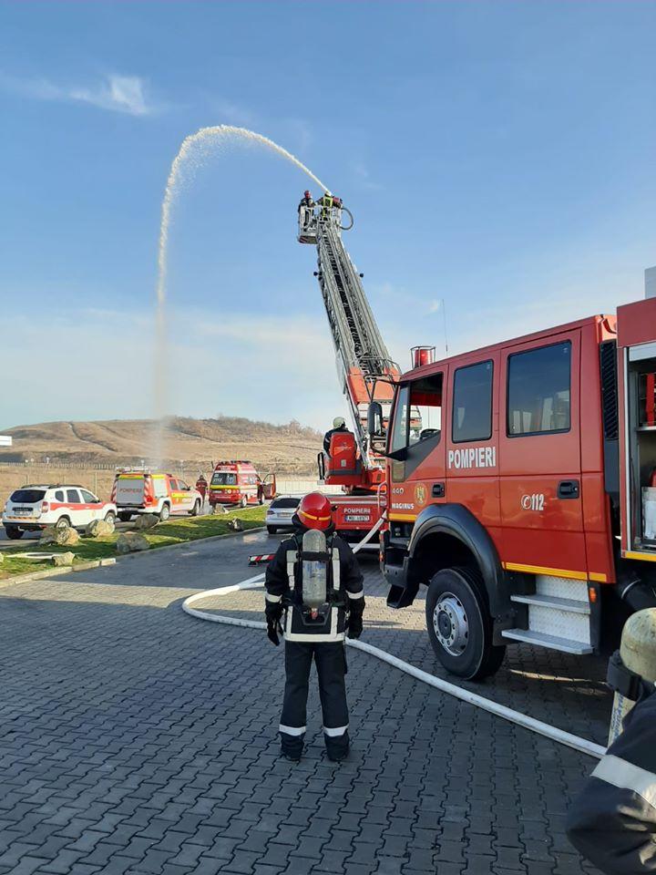 Când nu sting incendii, pompierii timişeni fac exerciţii în acest sens