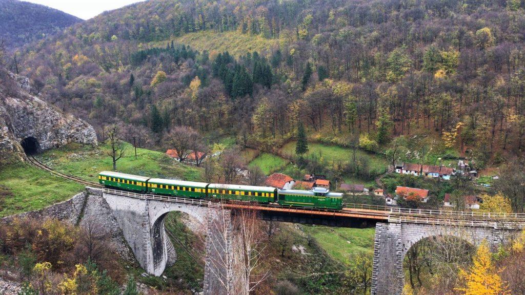 Cum circulă trenurile pe ruta  Oravița – Anina