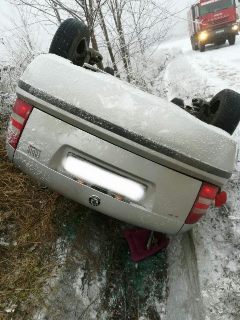 O maşină s-a răsturnat pe un drum din Timiş