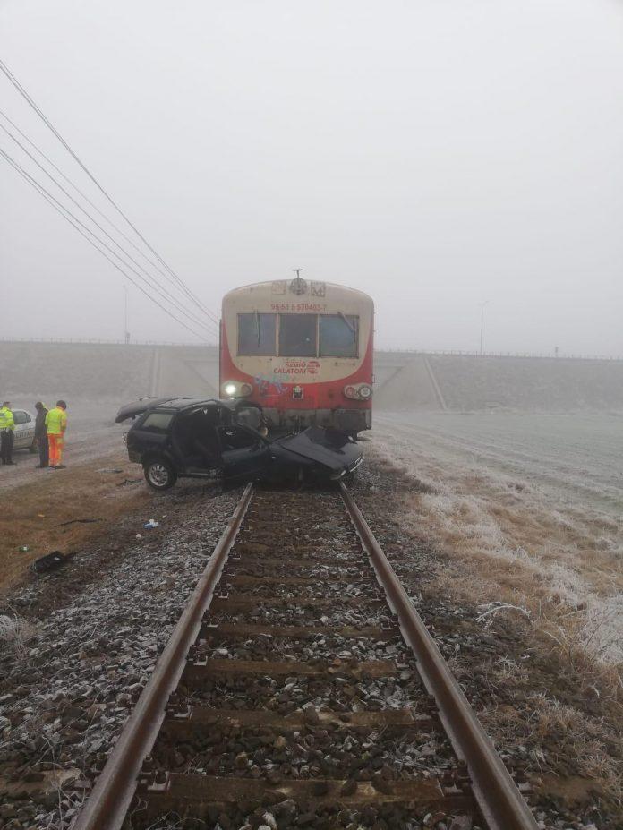 Maşină lovită de tren în Aradul Nou! Şoferul a murit, iar călătorii au fost daţi jos din tren