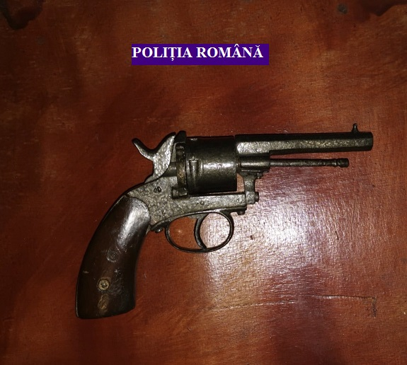 Pistol găsit în urma unei percheziţii în comuna Șiria