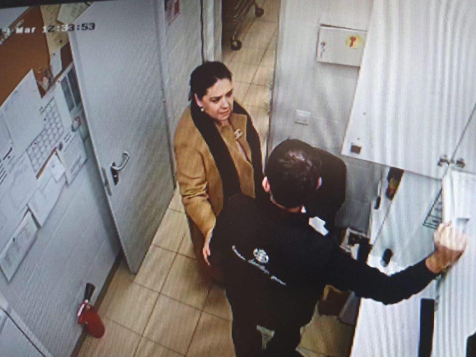 O falsă inspectoare de la Protecţia Consumatorilor e căutată de Poliţie