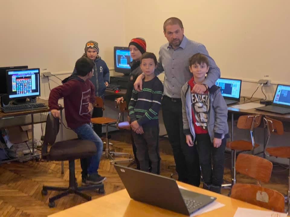 Elevii din Variaş şi Gelu au primit laptopuri