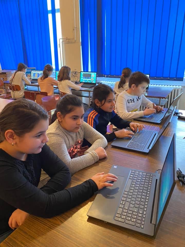 În judeţ se lansează campania e-learning TM, pentru dotarea elevilor cu laptopuri