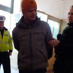Bărbat dat în urmărire pentru tâlhărie, depistat de polițiștii locali într-o stație de tramvai