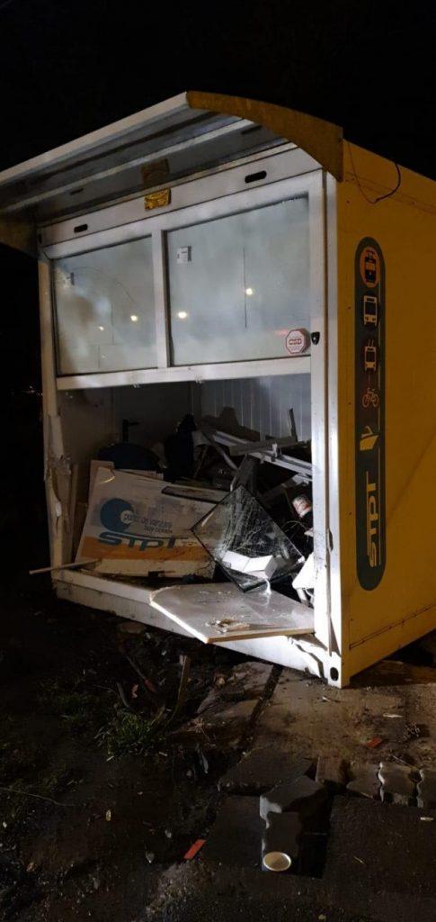 Chioşc de vânzare al biletelor, distrus de un şofer fugar